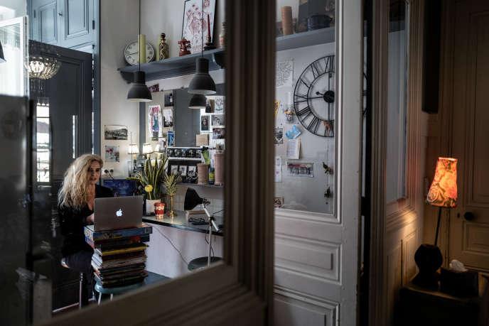 La comédienne Vanessa Desmarais, télétravaillant lors dutournage de «Confinage TV» pendant le premier confinement, à Lyon, en avril.