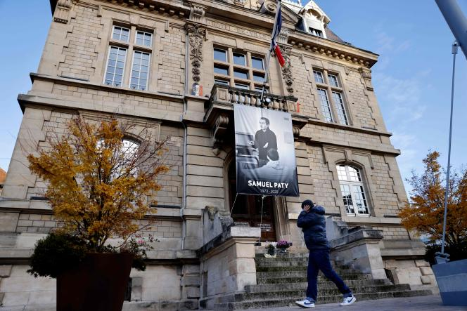 La photo de Samuel Paty est affichée sur la façade de la mairie de Conflans-Sainte-Honorine (Yvelines), le 3 novembre.