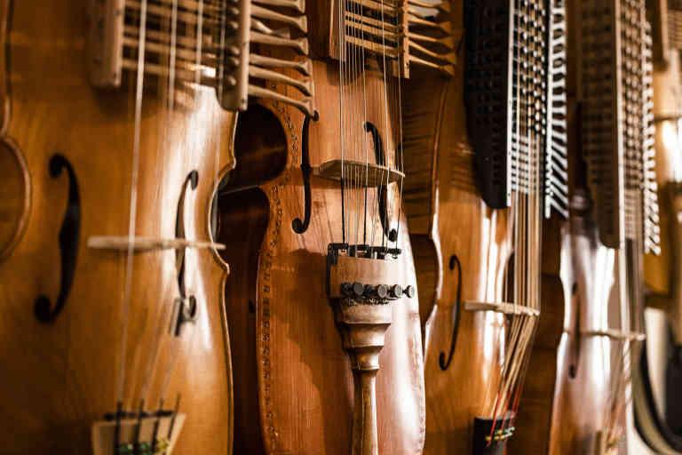 Mirecourt, Mirecourt, 30 octobre 2020. atelier de Jean-Claude Condi, luthier. Nyckelharpa.