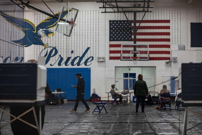 Des électeurs dans un bureau de vote, à Central High School, à Woodstock, en Virginie, le 3 novembre.