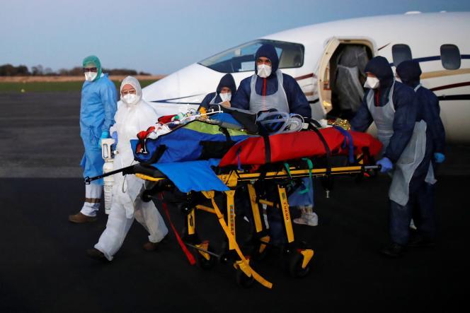 Opération de transfert de patients atteints du Covid-19 d'Avignon à l'aéroport de Vannes, le 4 novembre.