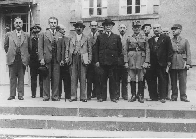 Le « chef de l'Etat français », Philippe Pétain, Pierre Laval (à sa droite) et le premier gouvernement du régime de Vichy, juillet 1940.