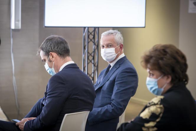 Bruno Le Maire, ministre de l'économie (au centre) à une conférence de presse sur le Covid-19 au ministère de la santé à Paris, le 29 octobre.