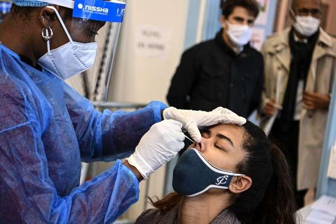 Lors d'un test de dépistage PCR, à Saint-Denis, le 3 novembre.