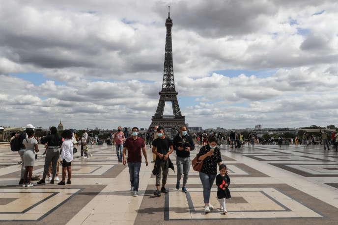 Sur l'esplanade du Trocadéro, à Paris, 24 août, avec la tour Eiffel en arrière plan.