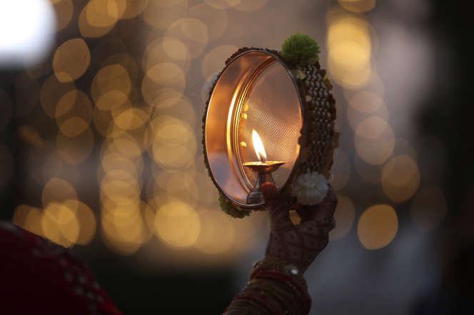 Une femme hindoue réalise un rituel pendant la célébration deKarwa Chauth, Jammu, Inde, novembre2020.