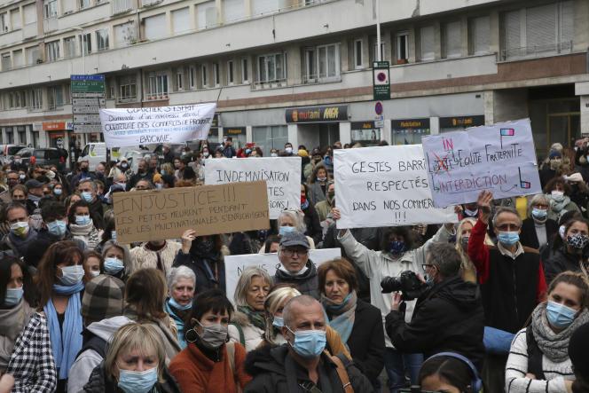 Des commerçants se sont rassemblés devant la sous-préfecture de Bayonne pour manifester leur mécontement.