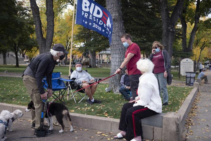 Des passants débatent avec des soutiens de Joe Biden, à Prescott, en Arizona, le 3 novembre.