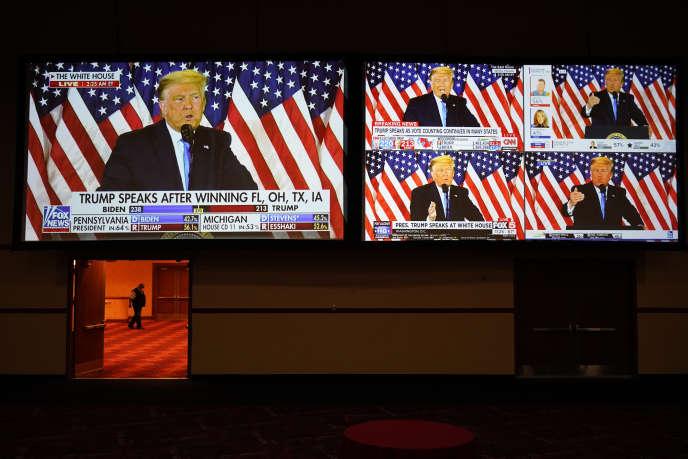 Le président Donald Trump s'annonce vainqueur des élections américaines depuis la Maison Blanche, dans la nuit du mardi 3 novembre 2020. Son discours est rediffusé sur plusieurs chaînes de télévision, ici à Las Vegas (Nevada).