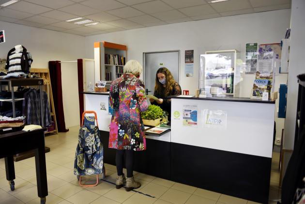 « La concier' je ris» créée par Atipic, réceptionne et distribue des colis, remet leur panier aux clients du «Potagerd'Annie», organise des transports solidaires et aide pour des démarches en tout genre.