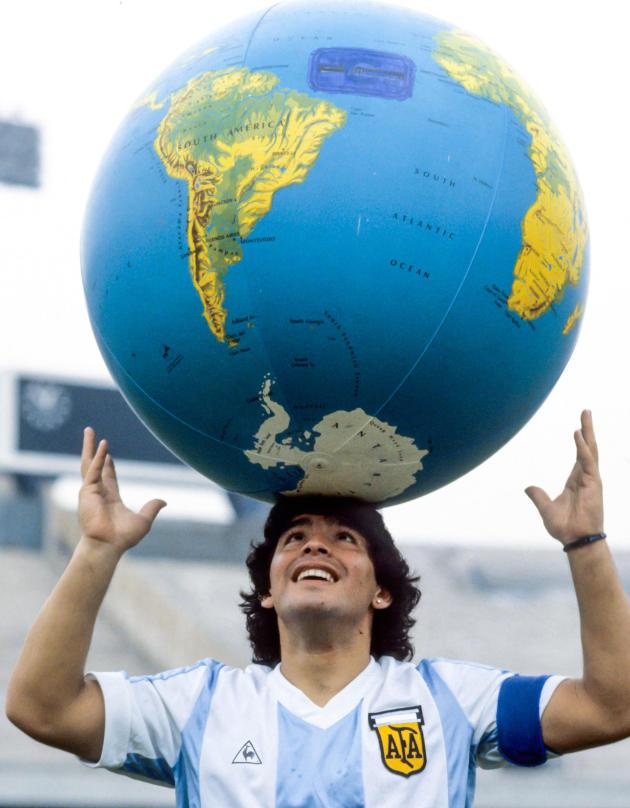 Diego Maradona, en 1984, avec le maillot de l'équipe d'Argentine.