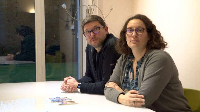 Les parents d'Evaëlle, collégienne de 11 ans victime de harcèlement qui s'est suicidée en juin 2019, Sébastien et Marie Dupuis, en décembre 2019 à leur domicile d'Herblay (Val-d'Oise).