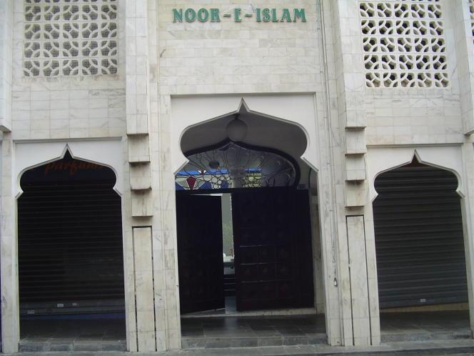 L'entrée de la mosquée Noor-e-Islam