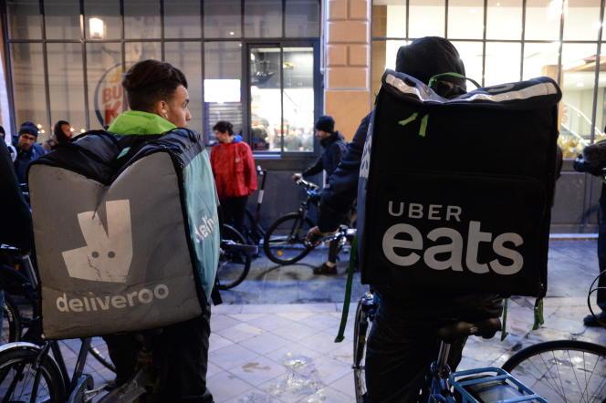 Livreurs Deliveroo et Uber Eats, lors d'un rassemblement contre les mauvaises conditions de travail,à Bordeaux, le 6 mars.