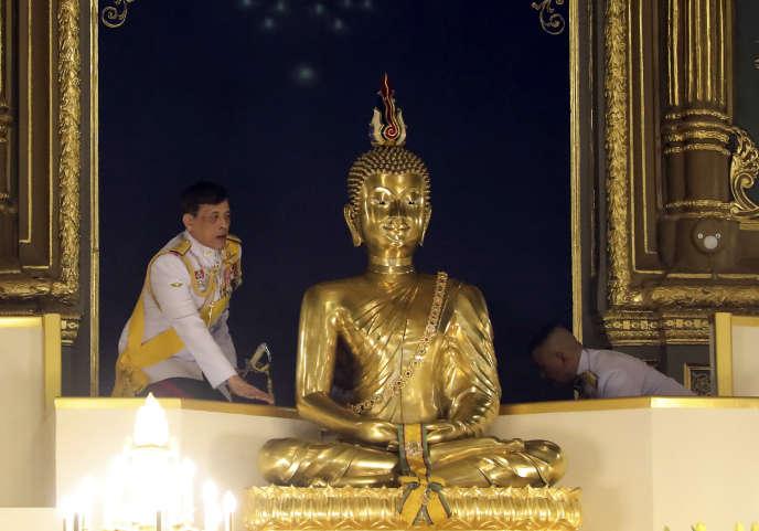 Le roi de Thaïlande Rama X se tient à côté d'une statue bouddhiste géante alors qu'il préside les rites religieux lors d'une cérémonie à Bangkok, le 10 octobre.