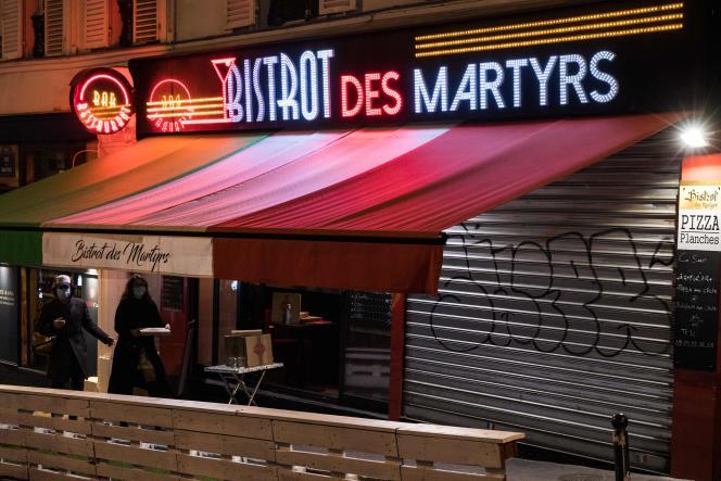 Etalage de vente à emporter devant un restaurant parisien, le 4 novembre.