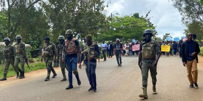 Manifestation à Kumba, dans la région anglophone du Sud-Ouest, au lendemain de l'assassinat, le 24 octobre 2020, de sept élèves en pleine classe.