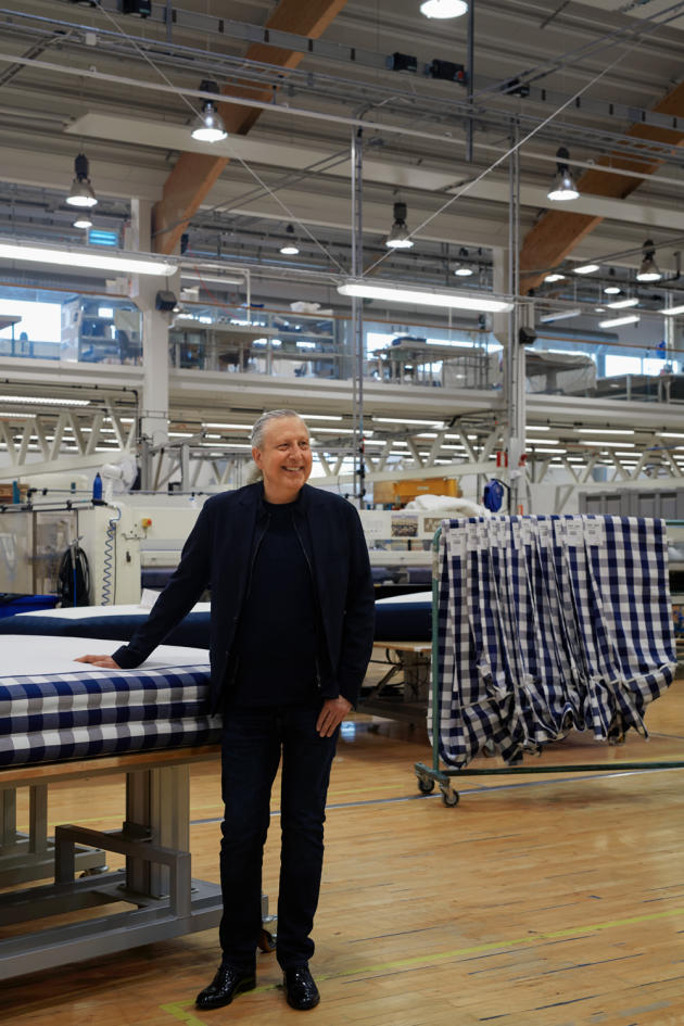 Jan Ryde, le PDG, devant un matelas recouvert du motif « Blue Check », devenu l'emblème de la marque.