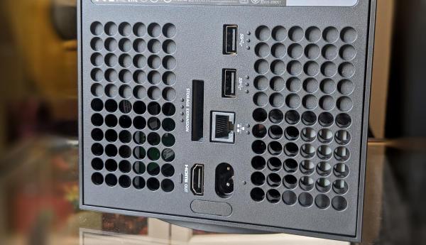 A l'arrière, laXbox Series X propose une extension pour un disque dur externe (vendu séparément) et deux ports USB (en plus de celui de la façade).