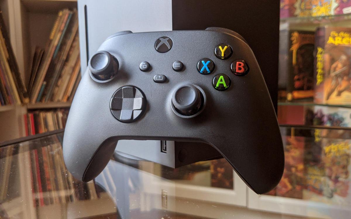 Très légèrement plus compact, le pad de la Xbox nouvelle se dote d'un bouton « partage» et de grips supplémentaires sur les gâchettes.