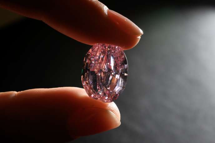 «Le Spectre de la rose», un rare diamant rose violet vif de 14,83carats, présenté àGenève le 6novembre.