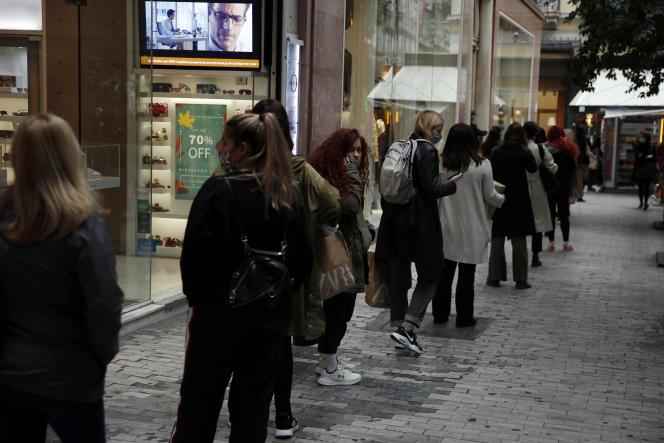 Une fil d'attente à Athènes devant un magasin de vêtements avant l'entrée en vigueur duconfinement, vendredi 6 novembre 2020.