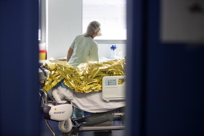 Un patient atteint du Covid-19, pris en charge en soins intensifs à l'hôpital de Strasbourg, le 6 novembre.