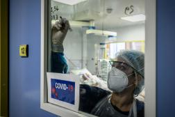 Une soignante du service de réanimation de l'hôpital Robert-Boulin de Libourne (Gironde), le 6 novembre 2020.