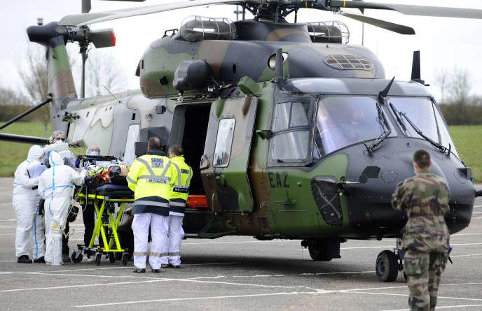 Un patient est sur le point d'être évacué en hélicoptère, à côté de l'hôpital Mercy (CHR Metz), en Moselle, le 29 mars.