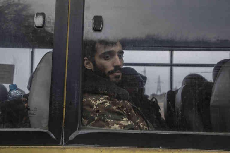 Haut-Karabakh, le 6 novembre 2020  Les jeunes recrues karabakhtsies ou venues d'Arménie arrivent en bus devant Chouchi pour se battre contre les forces azerbaïdjanaises.  Photo Laurent Van der Stockt pour Le Monde