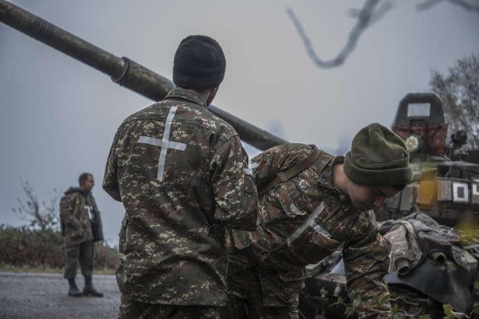 Haut-Karabakh, le 6 novembre 2020 Après avoir repoussé une incursion nocturne des forces azerbaïdjanaises, les chars d'une unité karabakhtsie sont positionnés à l'entrée de Chouchi, sur la route qui mène à Stepanakert. Photo Laurent Van der Stockt pour Le Monde
