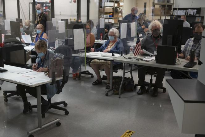 Dans le centre de dépouillement des bulletins du comté de Maricopa, le 6 novembre, à Phoenix (Arizona).