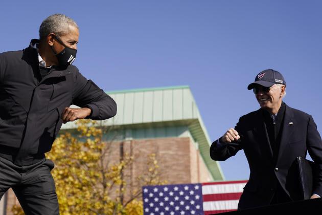 Barack Obama et Joe Biden (à droite) se saluent d'un coup de coude, lors d'un rassemblement à Flint (Michigan), le 1er octobre.