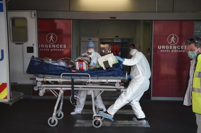 Un patient souffrant du Covid-19 est emmené aux urgences de l'hôpital de Strasbourg (Bas-Rhin), le 6 novembre.