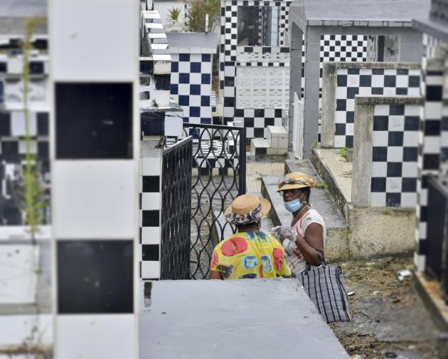 A la veille du week-end de la Toussaint, dans le cimetière de Morne-à-l'Eau, au nord-ouest de la Grande-Terre. Bien que la fête soit un moment incontournable de rassemblements familiaux, en hommage aux défunts, plusieurs cimetières ont été fermés en Guadeloupe et le nombre de personnes admises auprès des tombes a été réduit pour limiter de possibles transmissions du Covid-19.