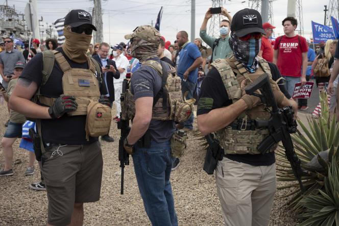 De nombreux partisans de Donald Trump sont venus armés pour contester les premiers résultats, à Phoenix (Arizona), le 6 novembre.