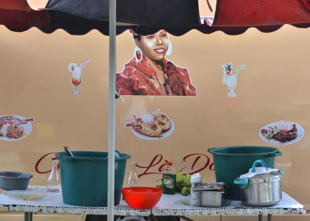 Un stand vendant des repas à emporter sur la plage de Sainte-Anne, haut lieu touristique en Guadeloupe.