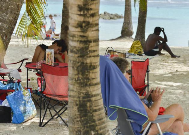 Pendant les vacances de la Toussaint, sur la plage centrale de Sainte-Anne. Si la fréquentation touristique a considérablement diminué en Guadeloupe depuis le début de l'année, les départs depuis la France métropolitaine ont été pendant quelques semaines encouragés par le gouvernement avant l'annonce d'un 2e reconfinement.