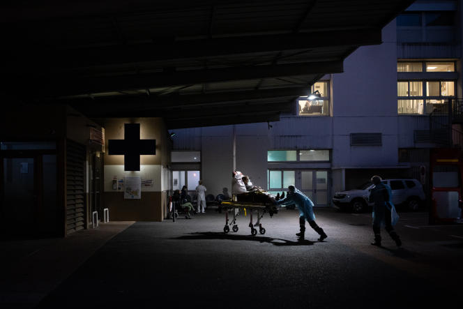 Un malade en détresse respiratoire est amené aux urgences de l'hôpital de Grenoble (Isère), le 2 novembre.
