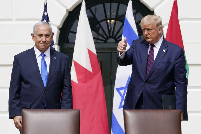 Le président américain Donald Trump avec le Premier ministre israélien Benjamin Netanyahiou lors de la cérémonie de signature de l'Accord d'Abraham sur la pelouse sud de la Maison Blanche à Washington, le 25 septembre 2020.