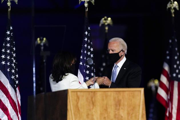 Le président élu Joe Biden accueille la nouvelle vice-présidente Kamala Harris, à Wilmington (Delaware), le 7 novembre.