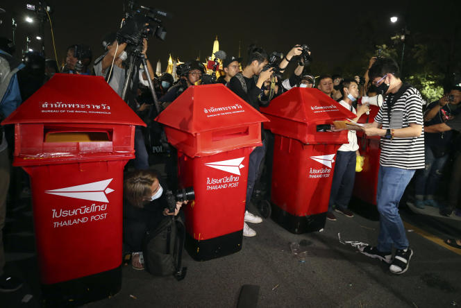 Des poubelles reconverties en boîtes aux lettres artisanales des centaines de missives de revendication destinées au roi Maha Vajiralongkorn. A Bangkok, en Thaïlande, le 8 novembre.