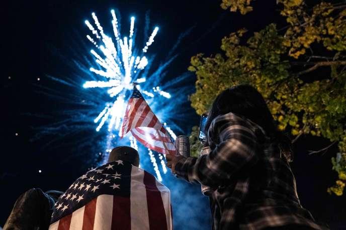 Des feux d'artifice sont tirés près de la Maison Blanche pour célébrer la victoire de Joe Biden, à Washington, le 7 novembre.