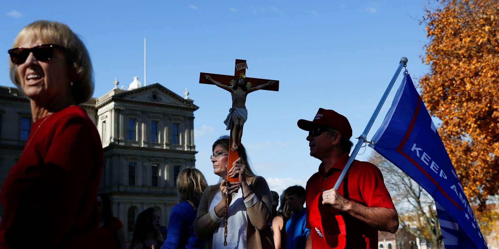 Les manifestants se rassemblent devant le bâtiment du Capitole de l'État après que l'ancien vice-président Joe Biden ait été déclaré vainqueur de l'élection présidentielle américaine de 2020, à Lansing, Michigan, États-Unis, le 8 novembre.