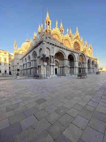 «Coucher du soleil inoubliable sur la couronne dorée de la basilique ».