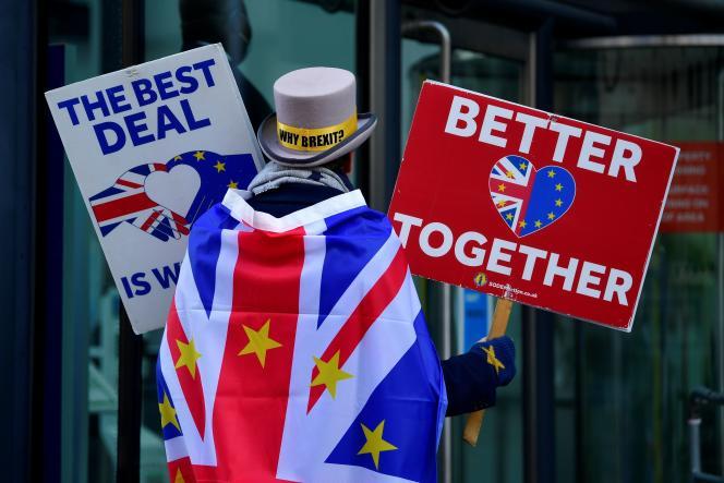 Un manifestant anti-Brexit, devant le centre de conférence où se déroulent les négociations entre les Vingt-Sept et le gouvernement britannique, à Londres, au Royaume-Uni, le 9novembre.