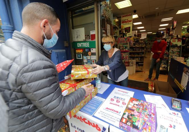 Un client récupère ses cadeaux de Noël au service «click and collect» du magasin de jouets JouéClub,à Nice, en novembre 2020.