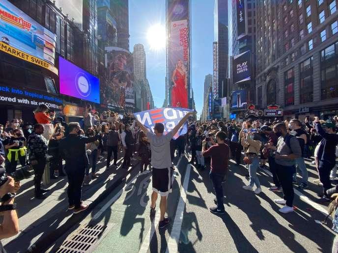 Manifestations de joie à l'annonce de la victoire de Joe Biden à la présidence des Etats-Unis, à Times Square, à New York, le 7 novembre.