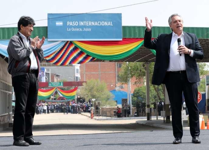 Photo diffusée par la présidence argentine montrant l'ancien président bolivien, Evo Morales (à gauche), applaudissant le président argentin, Alberto Fernandez, à La Quiaca, en Argentine, le 9 novembre 2020.