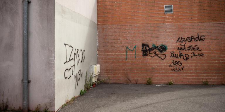 Octobre 2020, quartier des Izards Toulouse. Un point de deal, un grafs sur le mur l'indique signé